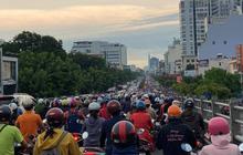 """Người Sài Gòn lại """"quay cuồng"""" trong cảnh kẹt xe, lội nước vì đường ngập vào buổi sáng"""