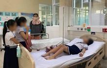 Chơi đồ chơi lạ mua trước cổng trường, 32 học sinh tiểu học phải nhập viện