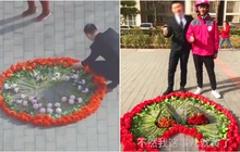 Hồi hộp vì lần đầu cầu hôn, thanh niên xếp hoa thành hình dáng lạ khiến anh shipper phải bắt tay trợ giúp