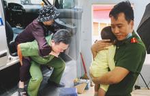 Khoảnh khắc đẹp trong những ngày làm CCCD ở TP.HCM: Cán bộ Công an cõng cụ già, bồng em bé giúp người dân