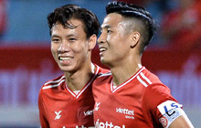 Bộ đôi trung vệ tuyển Việt Nam phì cười sau pha bóng hú hồn vì sai lầm của Nguyên Mạnh