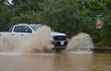 Ảnh: Đại lộ Thăng Long ngập sâu 1m sau cơn mưa lớn tầm tã, người dân Hà Nội khổ sở vì phương tiện chết máy