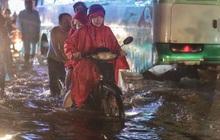 Ảnh: Đường ngập nặng, người Sài Gòn giúp nhau đẩy xe chết máy vượt nước chảy xiết