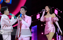 """Erik - Đức Phúc cực """"tình tứ"""" kết hợp biểu diễn, cùng Min mang loạt hit """"đốt cháy"""" sân khấu Diana Pink Fest"""