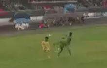 Đội trưởng Bình Phước sút thẳng mặt cầu thủ Đắk Lắk, nhưng quyết định của trọng tài mới gây bất ngờ