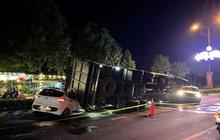 Xe tải chở heo đè bẹp xe du lịch, cha ôm con nhảy ghế sau thoát chết