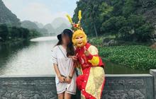 """Bi hài cô gái bị """"Tôn Ngộ Không"""" dụ chụp ảnh cùng rồi... vòi tiền tại khu du lịch nổi tiếng"""