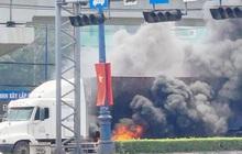 TP.HCM: Xe container cháy kinh hoàng, Xa lộ Hà Nội ùn tắc hơn 3km