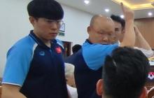 """HLV Park Hang-seo được học trò quay """"fancam"""", tranh thủ hẹn hò với Đức Chinh và Tiến Linh"""
