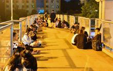 Ảnh: Giới trẻ Hà Nội biến cầu bộ hành thành nơi tụ tập uống bia, hẹn hò mỗi tối