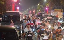 Hàng vạn người dân đi xem pháo hoa ngày Giỗ tổ Hùng Vương, đường phố ùn tắc nghiêm trọng