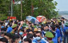 Ảnh: Hàng chục nghìn người chen lấn kinh hoàng tại lễ hội đền Hùng