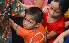 Ảnh: Trẻ em khóc thét, người nhà dùng hết sức đưa con thoát cảnh vạn người chen chúc tại Đền Hùng