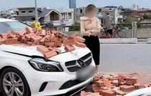 """""""Xế sang"""" Mercedes bị hàng chục viên gạch đổ vào nắp capo và hành động bất ngờ của nữ tài xế ô tô"""