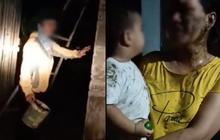 """Phẫn nộ clip mẹ và con trai 2 tuổi ở Phú Yên bị đổ chất thải lên người: """"Thằng nhỏ có chút xíu mà chị đem phân đổ lên đầu nó vậy?"""""""