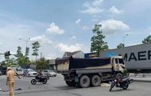 Xe ben đâm xe máy đang chờ đèn đỏ, hai người thương vong