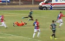 Lĩnh trọn cú đá cực nguy hiểm vào đầu, thủ môn... ngồi ngẩn ngơ trên sân