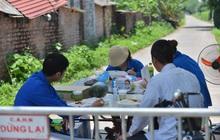 Toàn cảnh phong toả một xã có 7 ca mắc Covid-19 ở Hà Nội: Người dân tiếp tế lương thực giữa trưa nắng