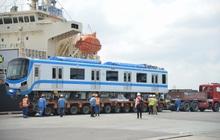 Cận cảnh bốc dỡ 2 đoàn tàu Metro giá 2 tỷ USD lên xe siêu trường ở TP.HCM