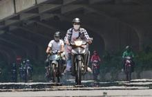 """Ngày nắng nóng nhất từ đầu hè lên đến 40 độ C: Đường phố Hà Nội """"bốc hơi"""", người dân vất vả che kín mít"""