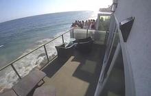 Thuê nhà ven biển cho 5 người ở nhưng mời tận 30 người đến chơi, nhóm bạn lĩnh ngay hậu quả khi ban công đổ sập xuống bãi đá bên dưới