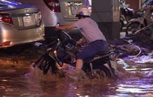 Ảnh: Sau cơn mưa lớn gây ngập nặng, phố Vũ Trọng Phụng trở thành nỗi kinh hoàng cho người đi xe máy