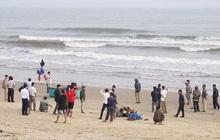 Nam Định: Tích cực tìm kiếm 3 học sinh bị sóng biển cuốn mất tích