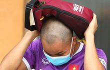Cầu thủ U22 Việt Nam ngượng ngùng giấu kiểu tóc mới cắt