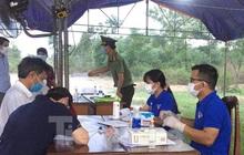 Hai vợ chồng tình nguyện trực chốt kiểm soát dịch COVID-19