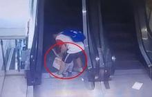Bố mải buộc dây giày, bé trai 1 tuổi ngã vào thang cuốn trung tâm mua sắm khiến 3 ngón tay