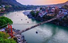 """Sông Hằng - dòng sông thiêng quan trọng như thế nào với người Ấn Độ, đến mức họ bất chấp nguy cơ nhiễm Covid-19 để được """"tẩy uế"""" ở nơi này?"""