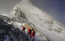 Hai nhà leo núi tử vong trên đỉnh Everest ngay trong ngày đầu tiên mở cửa trở lại