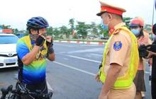 Hàng loạt xe đạp tập thể dục ở Sài Gòn bị xử phạt vì đi vào làn đường ô tô lúc sáng sớm