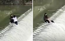 Khoảnh khắc hai cô gái rơi xuống dòng nước chảy xiết khiến người xem thót tim: Đánh đổi quá đắt để sống ảo!