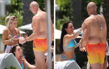 """Ít ngày sau phốt để gái lạ """"bôi dầu"""" trong lúc vắng vợ, nhà vô địch boxing có động thái bất ngờ khi gặp các mỹ nhân trên bờ biển"""