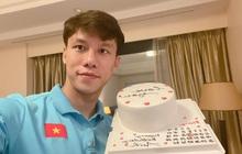 Quế Ngọc Hải được vợ con tổ chức sinh nhật từ xa, chu đáo gửi bánh gato đến tận khách sạn đội tuyển