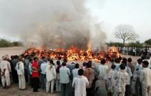Thoát khỏi địa ngục trong gang tấc: Bệnh nhân Covid Ấn Độ tỉnh dậy chỉ vài phút trước khi bị hỏa thiêu