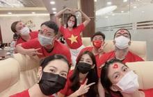 Ngay lúc này tại nước nhà: Thuý Vân cùng hội bạn thân mặc áo cờ đỏ sao vàng cổ vũ cho Khánh Vân