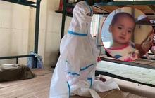 """Cô bé 2 tuổi trong bộ đồ bảo hộ ở khu cách ly qua lời kể của người thân: """"Hôm được đi ô tô còn sướng, hôm sau cứ khóc đòi về nhà"""""""