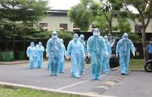 Ảnh: Lực lượng y tế khoanh vùng, lấy mẫu xét nghiệm cho cư dân chung cư ở TP Thủ Đức liên quan ca nghi mắc Covid-19