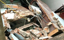 TP.HCM: 8 căn nhà ven bờ kênh bất ngờ bị đổ sập và sụt lún