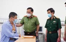 Giám đốc Công an Hà Nội thăm, tặng bằng khen tài xế quật ngã tên cướp trốn nã