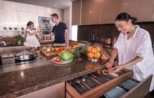 """Đoan Trang khoe căn bếp mất 1 năm mới hoàn thiện, chiếc tủ lạnh """"thần kỳ"""" khiến ai nhìn vào cũng trầm trồ"""