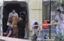 Ảnh: Đội mưa tiếp tế cho người nhà cách ly bên trong BV Bệnh Nhiệt đới TW cơ sở 2