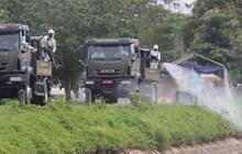 Ảnh: Quân đội tổng lực phun khử khuẩn, tiêu độc Bệnh viện Bệnh Nhiệt đới Trung ương cơ sở 2