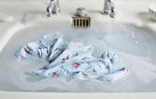 Nữ giới khi giặt đồ lót cần chú ý 4 điều nếu không muốn vi khuẩn tích tụ gây hại vùng kín