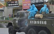 Ảnh: Xe đặc chủng của Bộ Tư lệnh Thủ đô phun khử khuẩn, tiêu độc khu vực phong toả tại Thường Tín