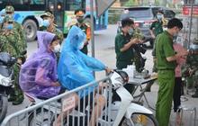 Ảnh: Người dân Thường Tín mặc áo mưa, áo bảo hộ vào khu cách ly