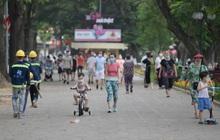 Phố xá Hà Nội tấp nập người đi lại, mua bán, tập thể dục: Mọi người đều đeo khẩu trang phòng dịch Covid-19