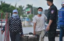 Ảnh: Lực lượng chức năng phong toả khu vực có 77 ca dương tính SARS-CoV-2 ở Bắc Ninh, người dân hối hả chuyển gas, trứng qua chốt kiểm soát